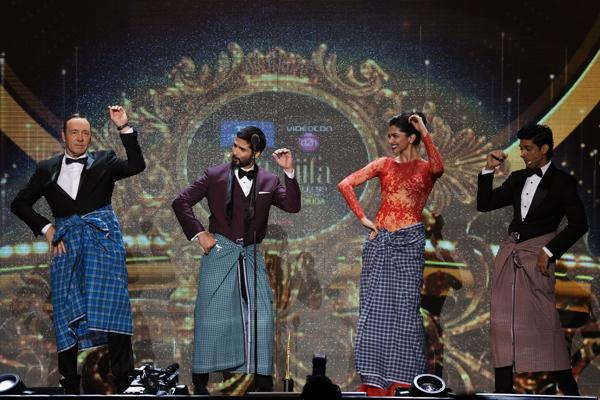Shahid Kapoor, Deepika Padukone and Farhan Akhtar in Lungi Dance