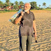 Indian Prime Minister Narendra Modi Picks up Trash from Beach